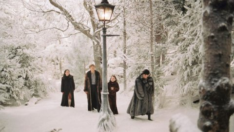 NARNIA: 7. klassingane får sjå filmen «Legenden om Narnia – Løven, heksa og klesskapet», der søskena Lucy, Edmund, Susan og Peter må befri Narnia frå den vonde heksa. (Pressefoto).