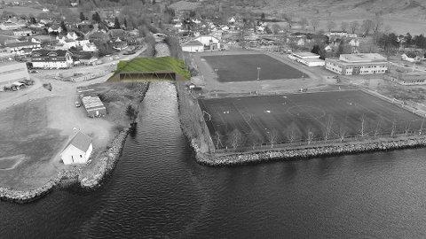 På sikt ønsker ein å bygga fleirbrukshall over elva. Men først kjem det ny løpebane rundt grasbanen øvst i midten. (Illustrasjon: Rosendal Turnlag).