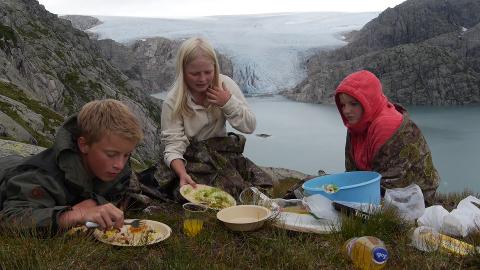 Stein F. Grønseth (son til produsenten), Hilde-Marie Sandvik og Jorunn Sandvik (døtrene til Hans Ølver) nyt eit måltid i Blådalen. (Skjermbilde frå serien).