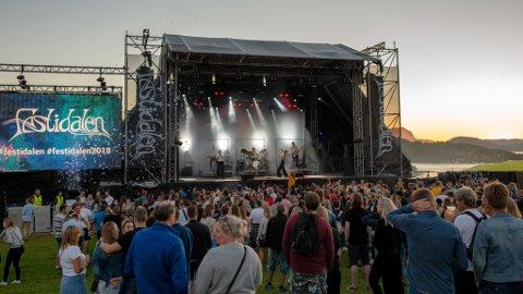 Mange håpar nok på finvêr neste helg når det igjen er festivaltid på jordet i Uskedalen. Her frå Dagny sin konsert i fjor. (Foto: Lars Martin Teigen).
