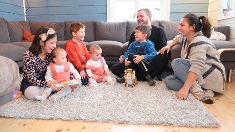 Familien Reiseter Måge er en sammensveiset familie. De trives godt sammen og er mye ute. Å fiske er en av favorittaktivitetene. Feriene tilbringes på hytten på fjellet. Fra venstre: Zhino Andrea (10), Tuva Amalie (1), Liam (7), Tora Adriana (1), Sander (7), Lars André Måge (31) og Maria Reiseter (32).