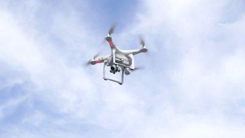Frå 1. juli må også mange av hobbydronane registrerast. Alle som skal flyge dronar over 250 gram må dessutan bestå ei droneførarprøve hos Luftfartstilsynet. Illustrasjonsfoto: Colourbox.