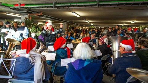 Som du ser var det folksamt på Jul i Rosendal i fjor, men i år er det usikkert om marknaden kan gjennomførast. (Arkivfoto).