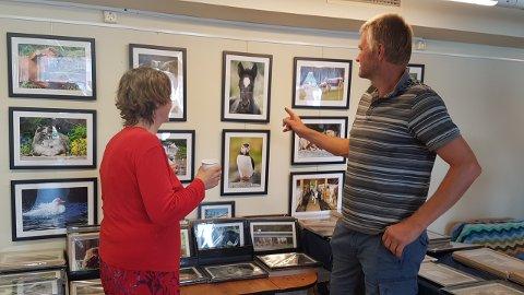 Jan Nerhus var ein av bøndene som var invitert til utstillinga, fordi Vera Gjersøe (t.v.) blant anna har teke bilde av hesten hans «Meringe Stjerna». (Foto: Marit Bergheim Lyhammer).