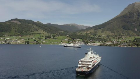 STARTAR I DET SMÅ: Cruiseskip som ligg og duppar utanfor Rosendal har blitt eit sjeldan syn etter korona. Til helga skal dette snu.