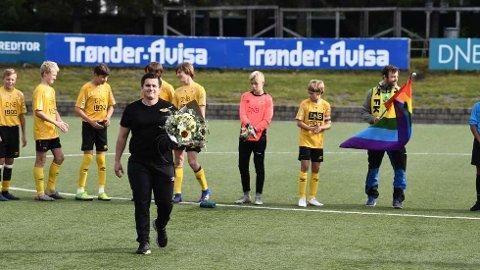 BLE HYLLET: Fotballtrener Jon Espen Austmo (24) sto fram som homofil i vår og er opptatt av å skape gode holdninger hos sine spillere på Steinkjer/Sparbu G14. Foran søndagens seriekamp mot Trond ble han hyllet av laget sitt.   FOTO: EMIL RINGSTAD
