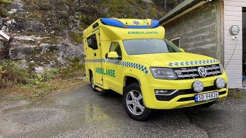 I BEREDSKAP HELE DØGNET: Denne ambulansen står nå på lading i Jondal og er i beredskap hele døgnet mens fylkesveg 49 mellom i Mauranger er stengt.