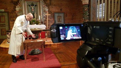 Også i påska må kyrkja i Kvinnherad spela inn digitale gudstenester på grunn av pandemien. Her frå innspelinga av julegudsteneste i desember. Framfor kamera er sokneprest Jan-Ove Totland.