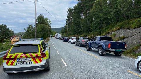 To bilar kolliderte i Herøysund fredag ettermiddag og det vart lange køar ein periode. To personar blei sende til legevakt etter hendinga.