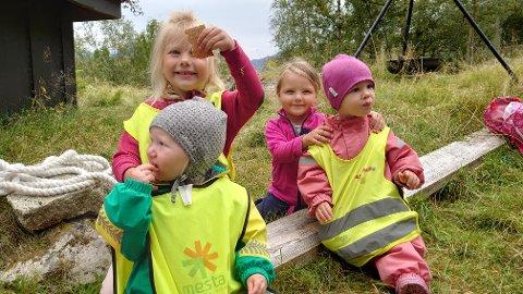 Denne veka fekk ungane ved Åkra oppvekstsenter ha tre dagar ute for å markera den nasjonale friluftsveka. Her ser du ein blid gjeng som synest maten smakar best ute.