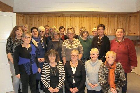 VETERANER: Her er tidligere ansatte i Skavanger barnehage. Tone Bjørke (foran til venstre) ble gjort ekstra stas på etters 40 års ansettelse i barnehagen.