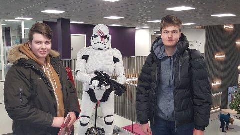 FORNØYDE: Julian Svendsen (t.v.) og Marcus Ulleberg hadde ventet lenge på den nye Star Wars-filmen. De var veldig fornøyde etterpå.