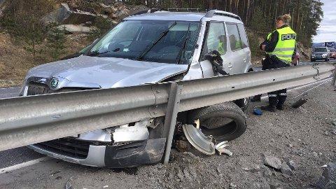 Den ene bilen fikk noen stygge skader etter frontkollisjonen.