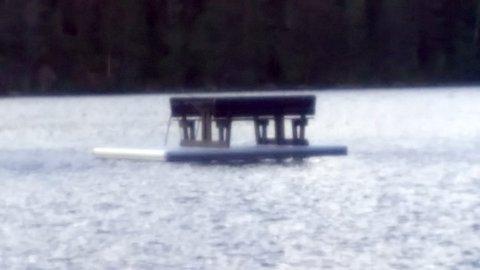 FLYTTET UT: Mandag kveld tok en av våre lesere dette bildet ved Kjennerudvannet. En av sittegruppene har blit båret ut i vannet og plassert på flytebryggen.