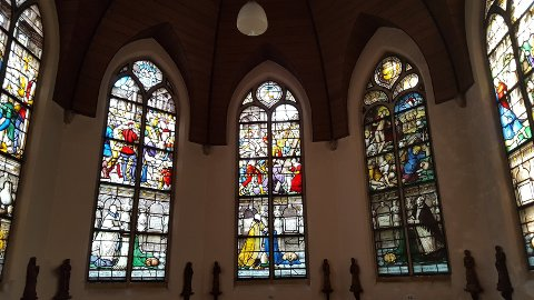 Noen av de mange imponerende glassvinduene i Sint Janskerk