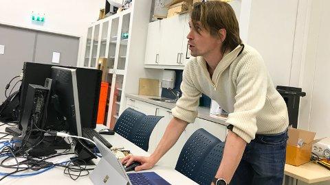 C++ OG PYTHON: Universitetslektor Joakim Bjørk snakker om koding. Bli dataingeniør på USN.