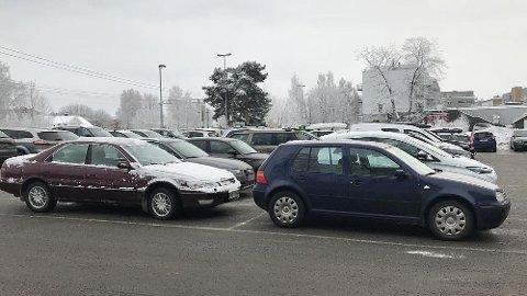 TETT I TETT: Parkeringsplasser utenfor butikker og kjøpesentre er i disse dager gjerne fulle av biler. Da kan det også fort skje uhell.