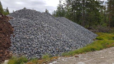 Grusmasser er levert ved Oksetjønn på Nordre Blefjell. I alt 1.500 tonn grus skal kjøres til fjells.