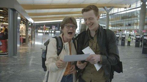 UT PÅ TUR: Wenche Tullerud med sønnen Stein Ørjan ble med på tur til Nice, med et tv-team på slep.