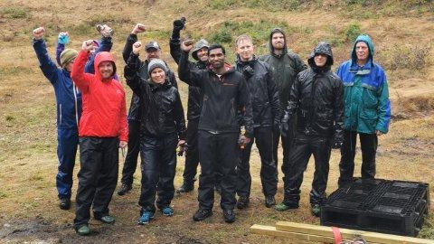 DUGNAD: flere personer fra Analysis Well Control i TechnipFMC sammen med Hanibalbakken- og Ruud hyttas venner møtte opp for å hjelpe til med å bære materialer i forbindelse med dugnad i Hanibalbakken.