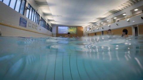 REPARERES: Nå som svømmehallen i Kongsberg er stengt for badende, blir det gjort vedlikehold og reparasjoner.