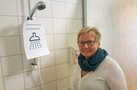 STENGT: Pasientene på føden blir møtt av disse lappene om de vil ta en dusj. – De må vaske seg istedenfor. Men det går bra det og, sier leder på fødeavdelingen Marit Olea Meslo.