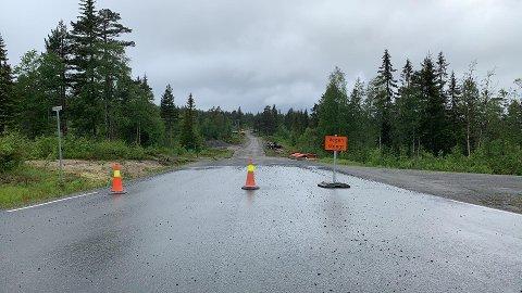 STENGT: Her er det veiarbeider, siden det skal legges asfalt på strekningen.