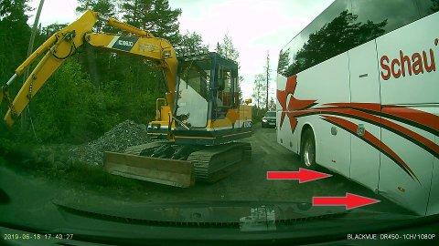BUSSEN GRUNNSTØTTE: Emil Haukjem tok disse bildene med dashboardkameraet sitt tirsdag. En turisbuss tok nedi på midten da sjåføren forsøkte å balansere doningen langs skogsbilveien mellom Saggrenda og Knutehytta.