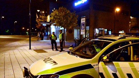 PATRULJE: Politipatruljen i Kongsberg innbragte lørdag tre personer fra Storgata. Samtlige har brutt smittevernregler. ved innreise til Norge.