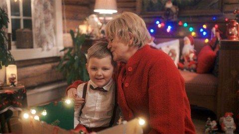 BRILLEBJØRN FEIRER JUL: Anne Marie Ottersen (Otters) spiller bestemor i denne familiefilmen.