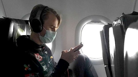 I RUSSLAND: Daniel-André Tande får med seg de siste nyhetene i flyet på vei til Russland. FOTO: Stöckl./HOPPLANDSLAGET