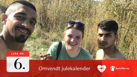GOD MØTER: Hilde Honerud har jobbet med fotoprosjekter i Moria-leiren  under flere opphold. Hun er blitt godt kjent med mane av flyktningene. Fra venstre: Hamid Norouzi, Hilde Honerud og Mehrshad Amiri.