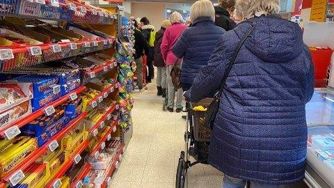 HAMSTRING: Mange butikker opplever økt trafikk av folk som handler mer enn normalt. Foto: Lars Bryne