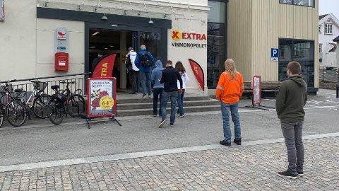 LANG KØ: Mange ville på Vinmonopolet dagen før 1. mai, og køen gikk helt ut på Nytorget torsdag ettermiddag. I morgen øker også prisene på polet.