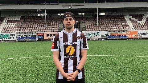 KLAR FOR MJØNDALEN: Hvittingfossgutten Vegard Fossum Hvål har signert kontrakt til sommeren 2021 med Mjøndalen IFs Esport-lag. FOTO: MIF