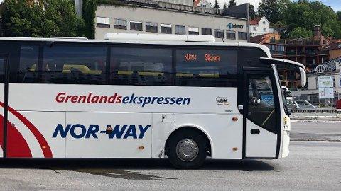 Grenlandsekspressen plukker igjen opp passasjerer i Hvittingfoss som skal til Oslo.