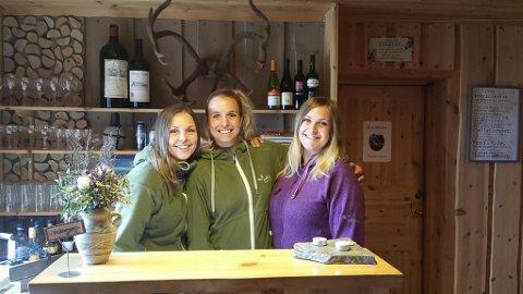 SØSTRE: Marie Prestegården, Ingrid Prestegården og Siri Prestegården er klare til å ta deg imot på fjellstua.