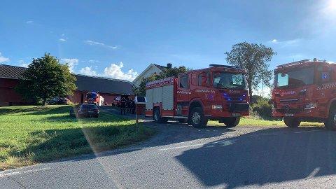 RYKKET UT: Politi og brannvesen rykket ut til låven i Passebekk, hvor det var røykutvikling onsdag morgen.