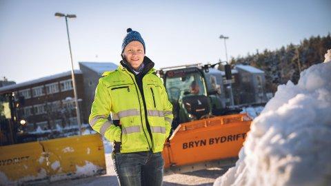 – Det er viktig at området er ryddet for snø slik at folk får tatt koronavaksinen, sier Harald Brekke, daglig leder i selskapet Bryn Bydrift.