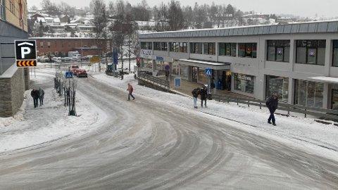 VINTERVÆR: – Det snør vel i Kongsberg?, spør meteorologen. Vi i Laagendalsposten med utsikt mot gaten kan bare nikke bekreftende.
