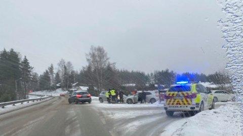 PÅKJØRT: To biler har kollidert i Veungsdalen på Steglet . Foto: Lars Bryne