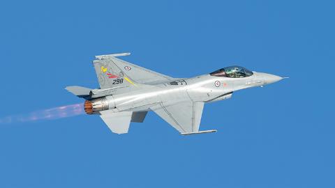 SELGES VIDERE. To F16-fly skal settes i stand for salg til nye eiere.