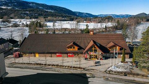TIL SALGS: Denne næringseiendommen i Hvittingfoss sentrum er nå til salgs. Eiendomsmegler Espen Norman Hoel, i Eiendomsinvestor, opplyser at de allerede har hatt interessenter.  Foto: Fotograf Magik