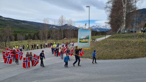 FEIRET PÅ TRADISJONSRIKT VIS: Elevene ved Uvdal skole feiret 17.mai som vanlig 11.mai. Foto: Privat