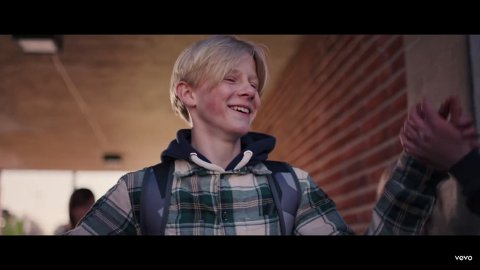 TALENT: Petter Brækhus (13) fra Gamlegrendåsen spiller som mobber i musikkvideoen til låten Fallen Angel, som var Norges bidrag i Grand Prix.