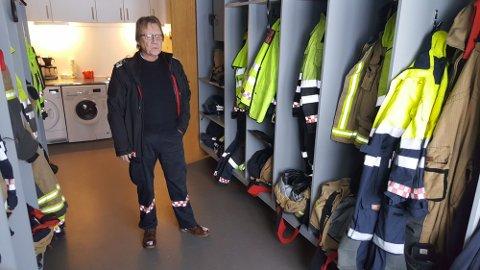 Brannsjef Jon Kåre Johnsson viste i fjor fram brannstasjonen på Lampeland, som er for liten og for dårlig.