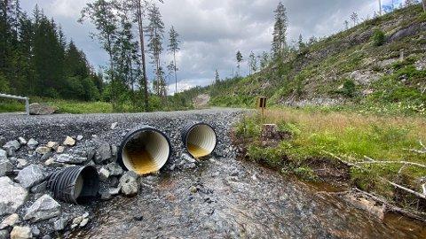 KULVERT: Kongsberg jeger og fiskeforening har vunnet fram med sine synspunkter. De klaget på at kommunen med denne kulvertbrua sperrer for fisk i Pukkverkelva i Funkelia.  Nå må den bygges om.