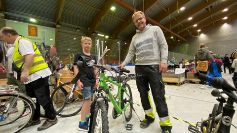 VÆRT HER FØR: Petter Danielsen og sønnen Tobias (9) har gode erfaringer fra sykkelkjøp tidligere. Fredag prøvde de igjen.