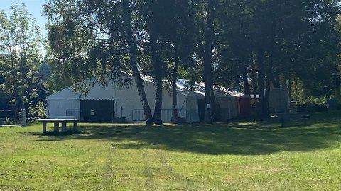 FESTTELT: Fadderarrangement har foregått i dette teltet ved kvarten langs Lågens bredd.