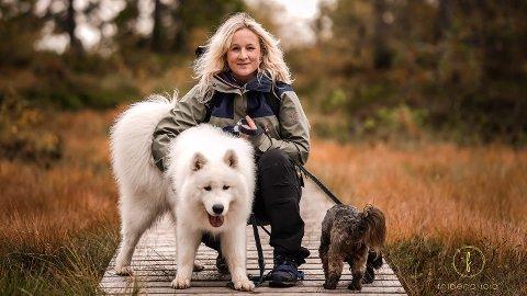 STARTER FOR SEG SELV: Una Friberg Kalleberg (33) åpner hundesalong og andre tjenester. Her er hun sammen med Samojeden Fønix på 11 måneder og venninnens Dachs.